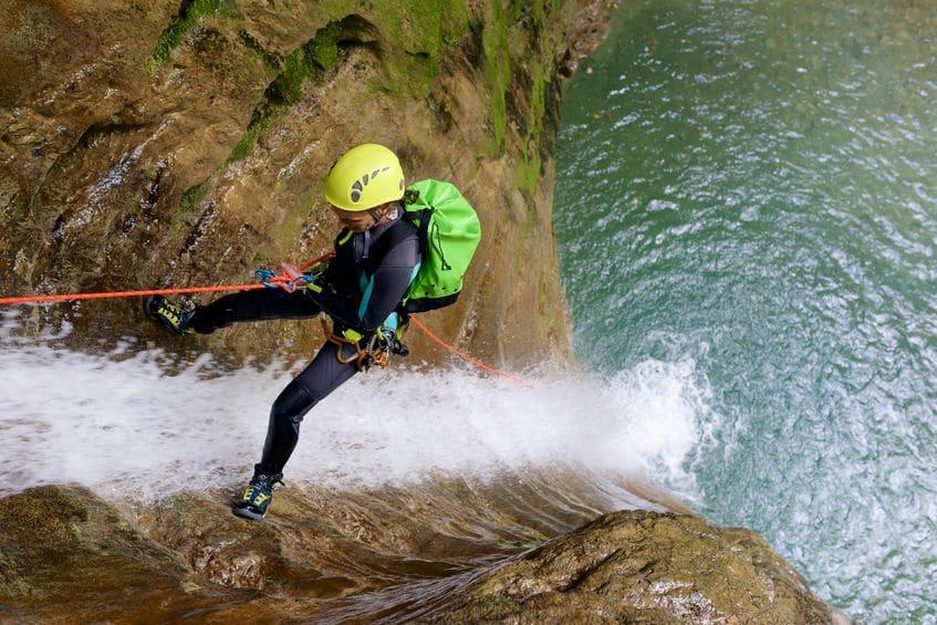 Pourquoi faire du canyoning en Ardèche pendant les vacances?